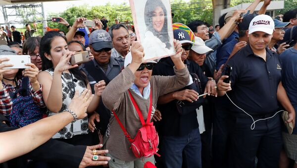 Supporters of ousted former Thai prime minister Yingluck Shinawatra wait for her at the Supreme Court in Bangkok, Thailand, August 25, 2017 - Sputnik International