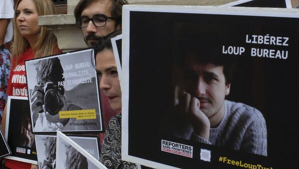 Activists from Reporters Without Borders carry posters in a show of support to French freelance journalist Loup Bureau - Sputnik International