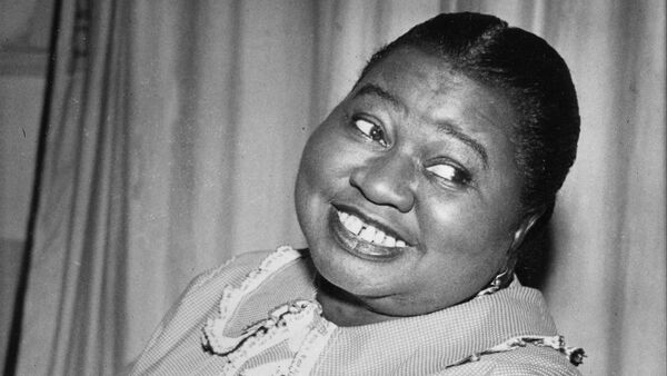 Hattie McDaniel plays a tune as she portrays the title role of Beulah in the CBS Radio Network's comedy series in New York City, Aug. 1951. - Sputnik International