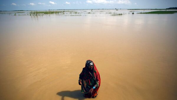 A flood victim washes herself at the flood affected area in Saptari District, Nepal August 14, 2017 - Sputnik International