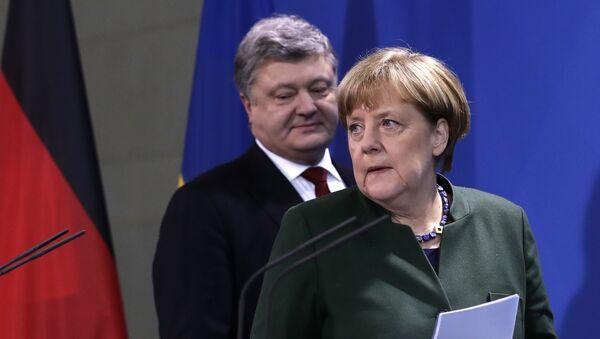 Ukrainian President Petro Poroshenko, left, and German Chancellor Angela Merkel arrive for statements prior to a meeting in Berlin, Germany, Monday, Jan. 30, 2017 - Sputnik International