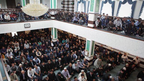 Muslims celebrating Eid al-Adha at a mosque in Ust-Dzheguta in the Russian Caucasus. - Sputnik International