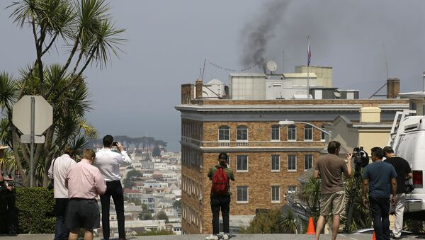 People stop to watch black smoke coming from the roof of the Consulate-General of Russia Friday, Sept. 1, 2017, in San Francisco - Sputnik International