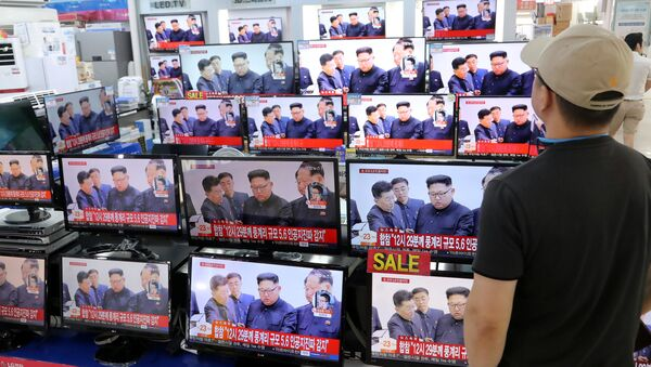 A man watches TV news report about North Korea's nuclear test at an electronic shop in Seoul, South Korea on September 3, 2017 - Sputnik International