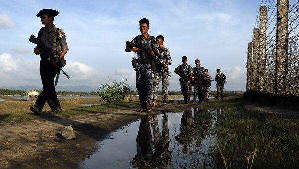 Myanmar police officers patrol along the border fence between Myanmar and Bangladesh in Maungdaw, Rakhine State, Myanmar. (File) - Sputnik International