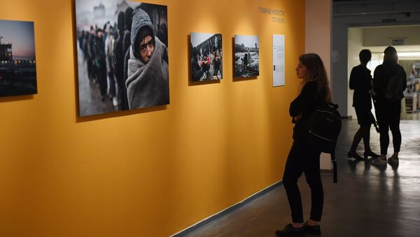 At the exhibition of Andrei Stenin International Press Photo Contest finalists' works at the Lumiere Brothers Center for Photography in Moscow - Sputnik International