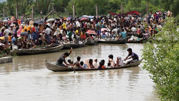 A boat carrying Rohingya refugees is seen leaving Myanmar through Naf river while thousands other waiting in Maungdaw, Myanmar, September 7, 2017 - Sputnik International