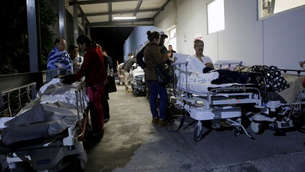Patients and family members are seen outside the Institute for Social Security and Services for State Workers (ISSSTE) after an earthquake struck off the southern coast of Mexico late on Thursday, in Puebla, Mexico September 8, 2017 - Sputnik International