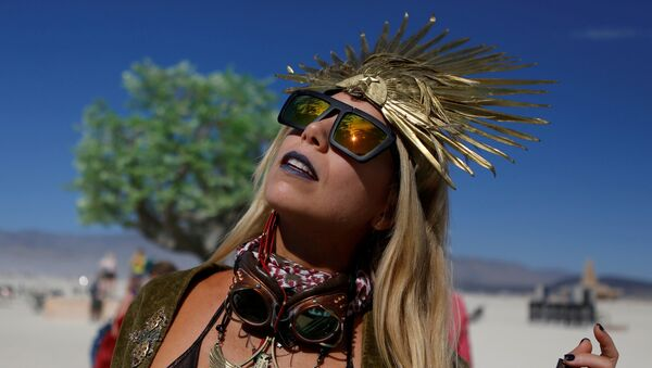 Pili Montilla wears a headdress as approximately 70,000 people from all over the world gathered for the annual Burning Man arts and music festival in the Black Rock Desert of Nevada, U.S. August 29, 2017 - Sputnik International