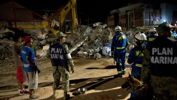 Rescuers sift through the rubble of the partially collapsed city hall in Juchitan , Oaxaca state, Mexico, following a massive earthquake, Friday, Sept. 8, 2017 - Sputnik International