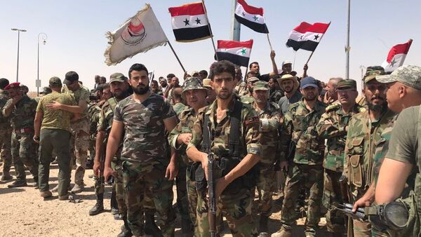 Troops of the Syrian 5th Army Corps join Syrian army units in the south of Deir ez-Zor following the breaking of the ISIL blockade at the main entrance to the city in the south - Sputnik International
