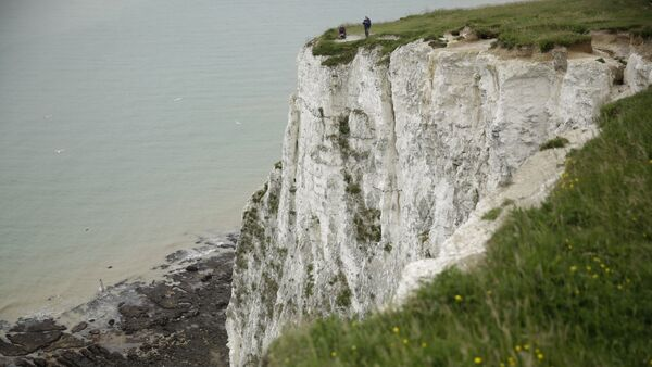 Visitors look down from the top of a section of the White Cliffs of Dover, south east England, Thursday, June 9, 2016. - Sputnik International