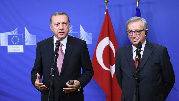 Turkey's President Recep Tayyip Erdogan (L) and European Commission President Jean-Claude Juncker address a brief statement as Erdogan arrive at the European Commission in Brussels. (File) - Sputnik International