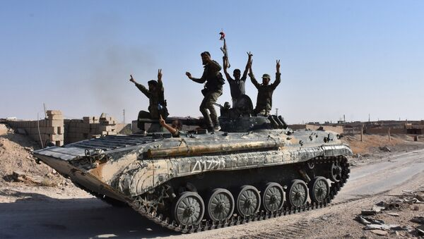 Syrian government forces celebrate in the eastern Syrian city of Deir Ezzor on September 11, 2017 as they continue to press forward with Russian air cover in the offensive against Islamic State group jihadists across the province - Sputnik International