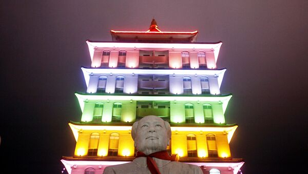 This Aug. 11, 2009 photo shows a statue of Mao Zedong in front of an illuminated pagoda-shape building in Huaxi, Jiangsu Province, China - Sputnik International