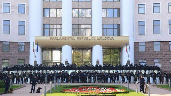 Police near the building of the Moldovan parliament in Chisinau (File) - Sputnik International