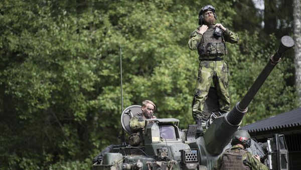 Swedish soldiers man a tank from Skaraborg's Swedish regiments practicing with a US-enhanced armored gun company as part of the preparations for Aurora 17 field exercise - Sputnik International