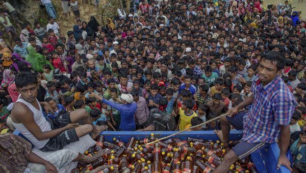 Rohingya Muslims, who crossed over from Myanmar into Bangladesh, wait during distribution of food items near Kutupalong refugee camp, Bangladesh, Tuesday, Sept. 19, 2017. - Sputnik International