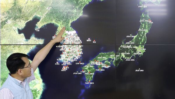 In this Sept. 3, 2017, file photo, Earthquake and Volcano of the Korea Monitoring Division Director Ryoo Yong-gyu speaks to the media about North Korea's artificial earthquake with a map of the Korean peninsular in Seoul, South Korea - Sputnik International