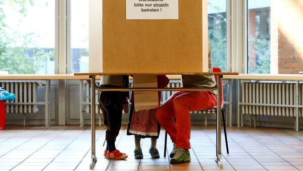 People in traditional Bavarian costumes vote in the general election (Bundestagswahl) in Munich, Germany, September 24, 2017 - Sputnik International