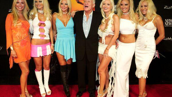 Playboy magazine founder Hugh Hefner poses with his six girlfriends - Sputnik International