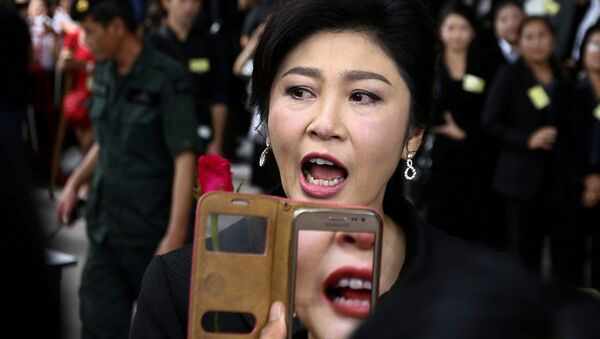 Ousted former Thai prime minister Yingluck Shinawatra greets supporters as she arrives at the Supreme Court in Bangkok, Thailand, July 21, 2017. - Sputnik International