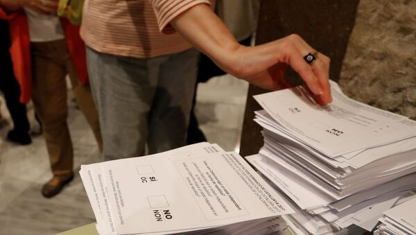 A woman takes a ballot at a polling station for the banned independence referendum in Barcelona, Spain October 1, 2017 - Sputnik International