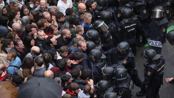 Riot police face off with demonstrators outside a polling station for the banned independence referendum in Barcelona, Spain, October 1, 2017 - Sputnik International