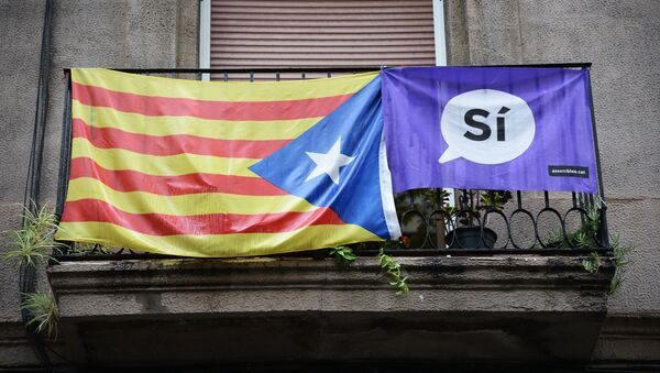 A campaign banner and a flag displayed on a balcony in Barcelona during Catalan independence referendum. - Sputnik International