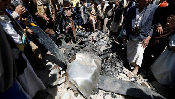 People gather around the engine of a drone aircraft which the Houthi rebels said they have downed in Sanaa, Yemen October 1, 2017 - Sputnik International