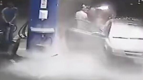 Gas Station Worker Sprays Cigarette Smoker with Fire Extinguisher - Sputnik International