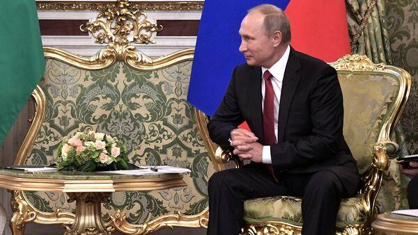 Russian President Vladimir Putin (R) meets with Saudi Arabia's King Salman in the Kremlin in Moscow, Russia - Sputnik International