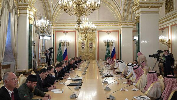 Russian President Vladimir Putin and King Salman bin Abdulaziz Al Saud of Saudi Arabia during Russian-Saudi negotiations - Sputnik International