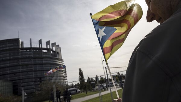 A demonstrator waves a Catalan flag in support of the disputed independence vote Sunday in Catalonia during a gathering in front of the European Parliament in Strasbourg, eastern France, Wednesday, Oct. 4, 2017 - Sputnik International