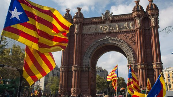 Barcelona residents wait for the Parliament to announce the results of the referendum on the independence of Catalonia - Sputnik International