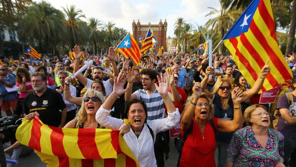 People wave separatist Catalonian flags at a rally in support of independence in Barcelona, Spain - Sputnik International