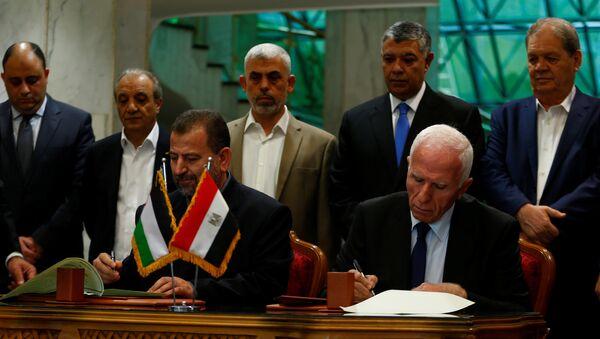 Head of Hamas delegation Saleh Arouri and Fatah leader Azzam Ahmad sign a reconciliation deal in Cairo, Egypt - Sputnik International