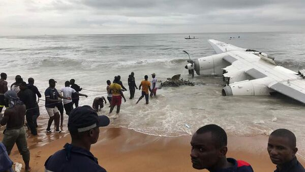 People pull the wreckage of a propeller-engine cargo plane after it crashed in the sea near the international airport in Ivory Coast's main city, Abidjan, October 14, 2017 - Sputnik International