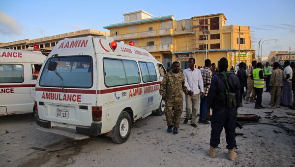 Somalian soldiers and ambulance workers gather at the scene after a car bomb exploded in the centre of Mogadishu on September 28, 2017 - Sputnik International