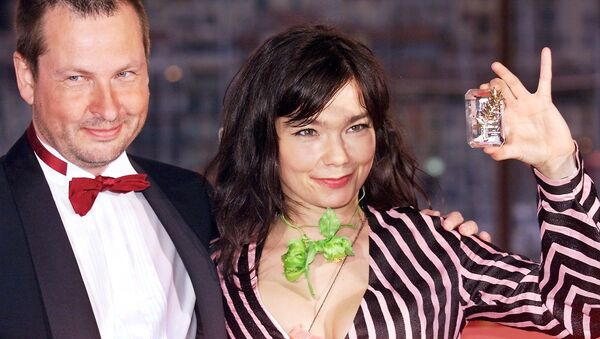 Danish director Lars Von Trier (L), 53rd Cannes Film Festival Golden Palm for his movie Dancer in The Dark posing with Icelandic pop star and actress, Bjork, Best Actress, on the terrace of the Palais des Festivals in Cannes. (File) - Sputnik International