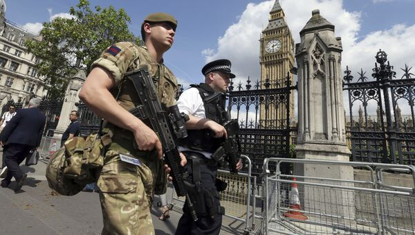 A member of the army joins police officers in Westminster, London, Wednesday, May 24, 2017. - Sputnik International