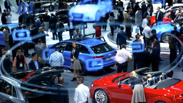 A projection of the Virtual Cockpit is seen as visitors inspect cars presented at the Audi stall during the media day at the Frankfurt Motor Show (IAA) in Frankfurt, Germany September 16, 2015 - Sputnik International