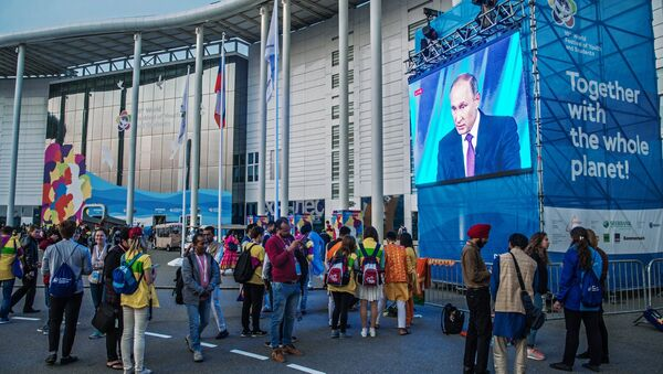 19th World Festival of Youth and Students participants watching the broadcast of President Vladimir Putin's speech at the final meeting of the Valdai International Discussion Club - Sputnik International
