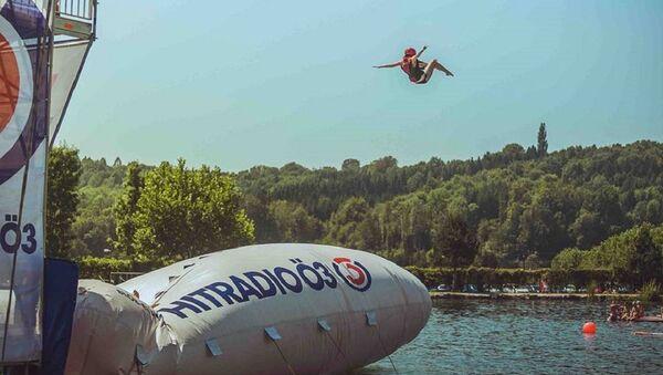Jumping into Berlin's Ploetzensee Lake - Sputnik International