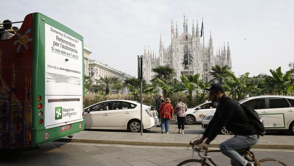 A poster advertising the upcoming referendum is placed on the back of a tourist bus riding past the Duomo gothic cathedral, in Milan, Italy, Wednesday, Oct. 11, 2017 - Sputnik International