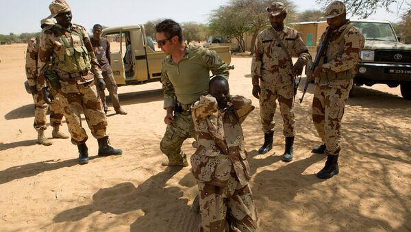 A US special forces soldier demonstrates how to detain a suspect during Flintlock 2014, a US-led international training mission for African militaries, in Diffa, Niger March 4, 2014. - Sputnik International