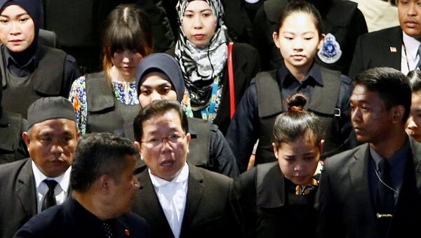 Indonesian Siti Aisyah and Vietnamese Doan Thi Huong, who are on trial for the killing of Kim Jong Nam, the estranged half-brother of North Korea's leader, are escorted as they revisit the Kuala Lumpur International Airport 2 in Sepang, Malaysia October 24, 2017. - Sputnik International