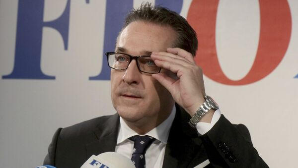 Heinz-Christian Strache, chairman of the right-wing Freedom Party, FPOE, adjusts his glasses during a news conference in Vienna, Austria, Tuesday, Oct. 24, 2017 - Sputnik International