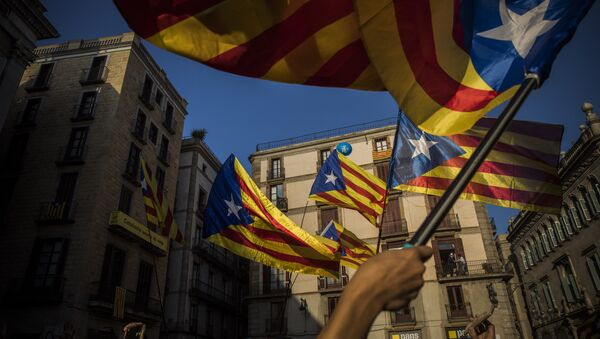 People wave independence flags just after the speech of Catalan regional president Carles Puigdemont in Barcelona, Spain, Thursday, Oct. 26, 2017. - Sputnik International