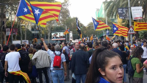 Pro-independence supporters near the building of the parliament of Catalonia.  - Sputnik International